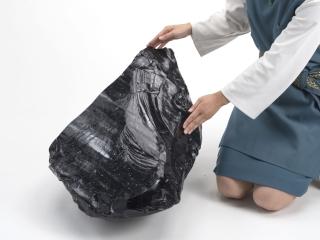 隠岐の巨大な黒曜石<br>個人 蔵